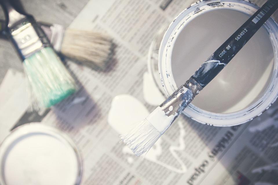 Las manchas de pintura en las ventanas de aluminio